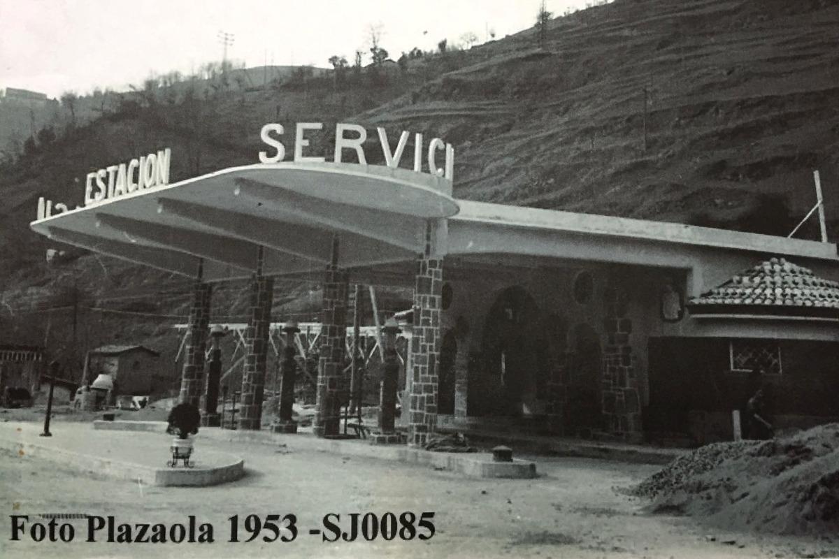 estacion-servicio-acitain-o-azitain-foto-plazaola-1953-gasolinera-en-construccion